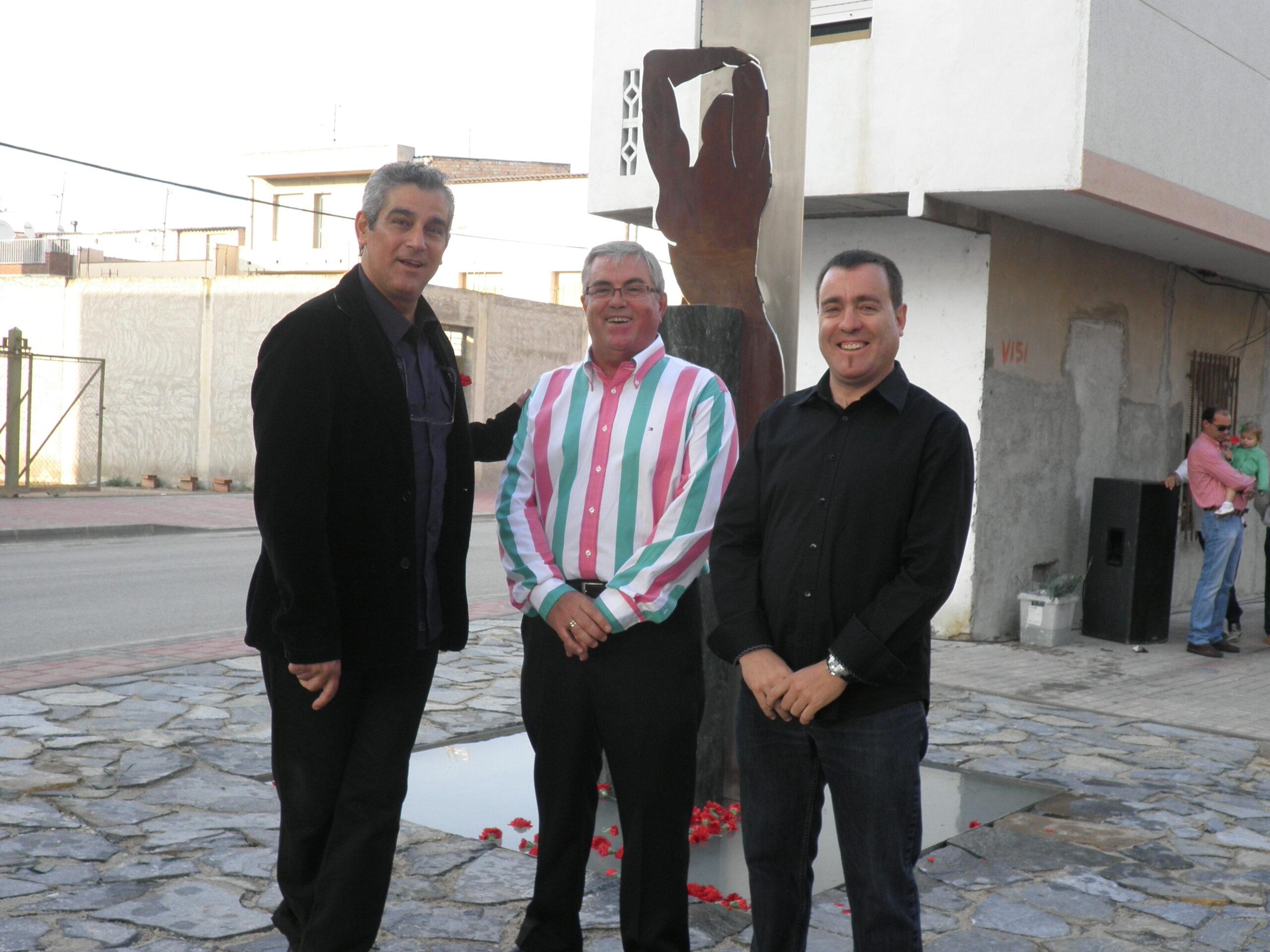 Herminio enla presentación de su escultura